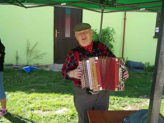 Harmonikář pan Jelínek rozproudil správnou posvícenskou zábavu.