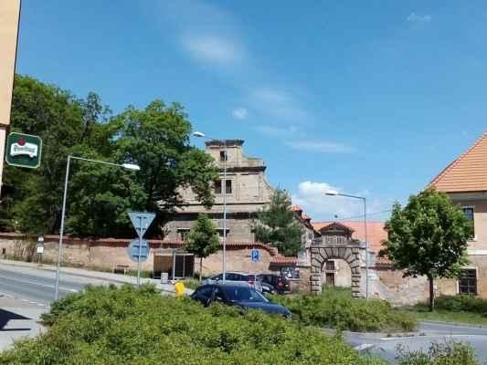 zámek - Pozdně renesanční zámek byl postaven na počátku 17. století Karlem Kokořovcem, později byl barokně upraven. V současné době je objekt v soukromém vlastnictví.