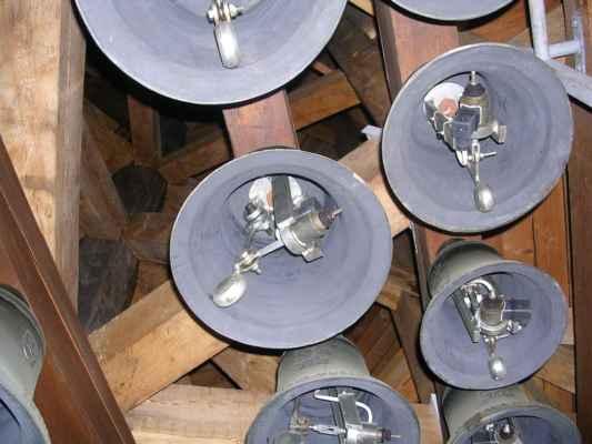 Zvonkohra (Ostrava) Z věže Staré radnice se každý den rozeznívá dvacet dva zvonů zvonkohry, které z tzv. zvonařského bronzu odlila známá rodinná firma Tomášková - Dytrychová s.r.o. v dílně v Brodku u Přerova. Nejlehčí zvon váží 6 kg a ten nejtěžší 234 kg. Zvony jsou nazvány po osobnostech, které se zasloužily o rozvoj města Ostravy, nesou tedy jména starostů, primátorů města a biskupů. Jen největší zvon není pojmenován křestním jménem, ale nese symbolický název Urbis in Motu (město v pohybu). Melodie, které zní z radniční věže mají vztah k Moravskoslezskému kraji. Jedná se o úryvky lidových písní z blízkého Opavska, Lašska i Těšínska a také motivy skladeb hudebního skladatele Leoše Janáčka. Dalšími melodiemi jsou písně hornické a známé písně ostravských autorů.