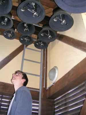Junior - Zvonkohra (Ostrava) Z věže Staré radnice se každý den rozeznívá dvacet dva zvonů zvonkohry, které z tzv. zvonařského bronzu odlila známá rodinná firma Tomášková - Dytrychová s.r.o. v dílně v Brodku u Přerova. Nejlehčí zvon váží 6 kg a ten nejtěžší 234 kg. Zvony jsou nazvány po osobnostech, které se zasloužily o rozvoj města Ostravy, nesou tedy jména starostů, primátorů města a biskupů. Jen největší zvon není pojmenován křestním jménem, ale nese symbolický název Urbis in Motu (město v pohybu). Melodie, které zní z radniční věže mají vztah k Moravskoslezskému kraji. Jedná se o úryvky lidových písní z blízkého Opavska, Lašska i Těšínska a také motivy skladeb hudebního skladatele Leoše Janáčka. Dalšími melodiemi jsou písně hornické a známé písně ostravských autorů.