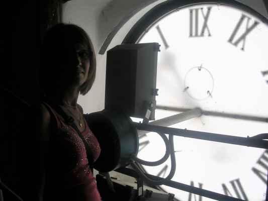 Pája za ciferníkem hodin ve věži Ostravského muzea (stará moravsko-ostravská radnice). Ve věži muzea je instalována zvonkohra.
