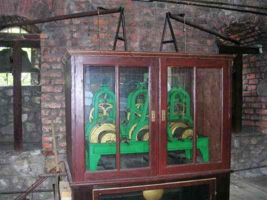 Hodinový stroj v gotické Piastovské věži v polském Těšíně. Hodinový mechanismus pro věžní zvony vytvořila společnost Thöndel z moravského města Uničov, která se zabývala stavbou a opravami unikátních věžních hodin nepřetržitě od r. 1847 do r. 1938 v rakousko-uherské monarchii a po 1. světové válce v České republice. Poslední velkou zakázkou provedenou společností Rudolfa Thöndela v r. 1934 byly hodiny na radniční věži v Uničově (u Olomouce).