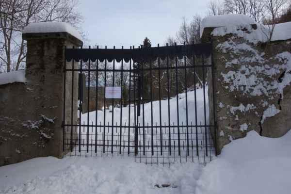 Brána do staré části hřbitova.