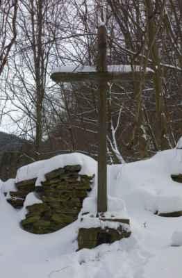 Ústřední dřevěný kříž původního hřbitova.