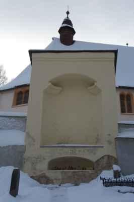 Kaple Kalvárie v hřbitovní zdi. sousoší Původně zde bylo umístěno sousoší Kalvárie drážďanského sochaře Christopha Waltra z roku 1544. Dnes je toto sousoší přemístěno do Špitálního kostela.