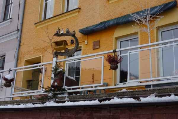 Na zahrádku vidět není, tak to lupnem na balkón :o)))