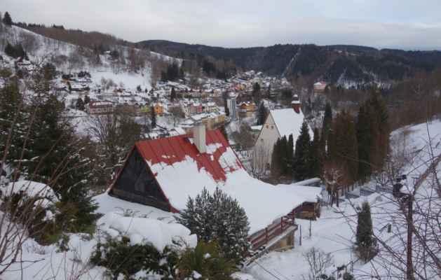 Vyhlídka do údolí Jáchymovského potoka nad kostelem.