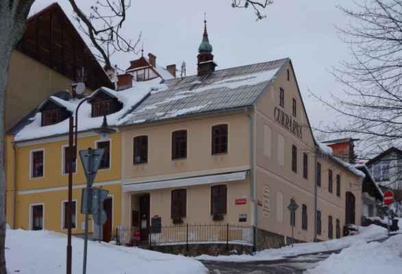 Nad kaplí je Cukrárna u Cukrářů.