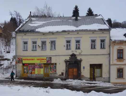 Naproti kapli sv. Anny se nachází jeden z mnoha historických domů v Jáchymově. Teda vzhled domu je již notně pozměněn...
