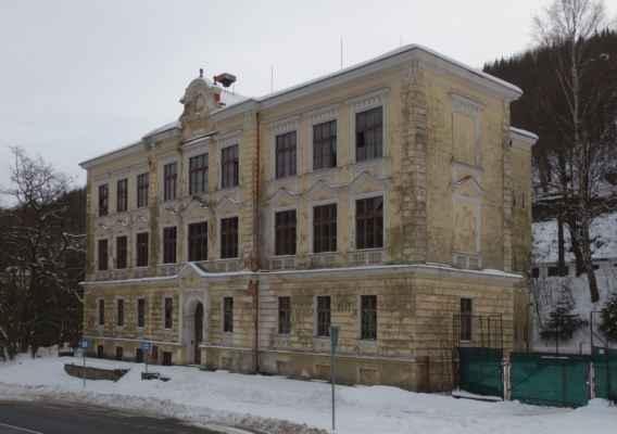 Další zajímavá stavba. Těžko říct, jestli to byla škola nebo lázeňská budova.