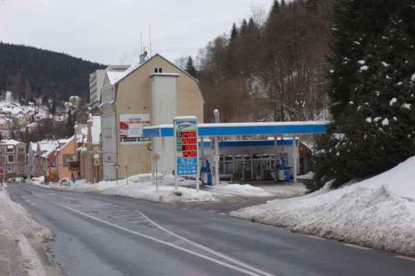 Mezi domy se krčí také benzinka a dokonce s velmi zajímavými cenami.