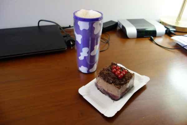 Dnes to vyhrála čokoládová kostka s tvarohem a latté (do vlastního hrnečku).