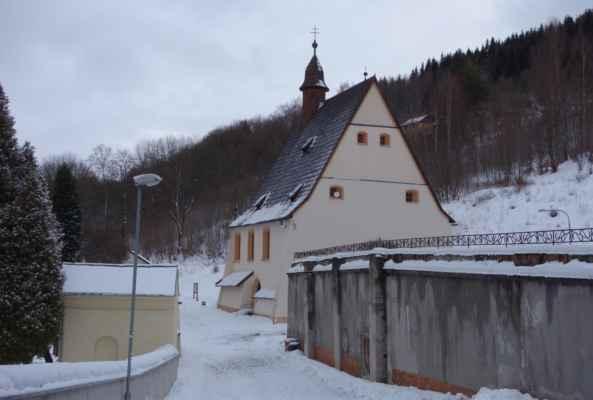 Kostel prošel dvěma významnými rekonstrukcemi - v 18. století a na začátku 90. let 20. století. Šedá zeď na pravé straně jsou zbytky městského hornického špitálu, který ke kostelu patřil od roku 1530. Později byl upraven v barokním stylu. S kostelem byl propojen ve výši prvního patra krytou chodbou a půdní prostory kostela sloužily jako skladiště potravin a materiálu pro špitál. V roce 1955 špitál vyhořel. V té době již nebyl delší dobu využíván a budova chátrala. V roce 1958 bylo torzo budovy strženo pro havarijní stav.
