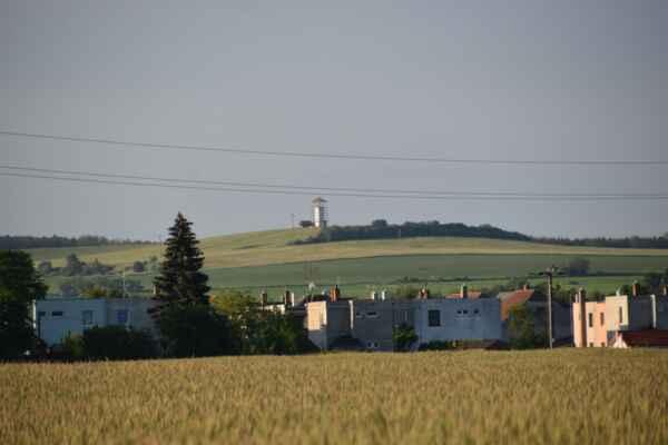 29.máj - Už som bližšie pri dedine a pohľad na Ostrý vrch.