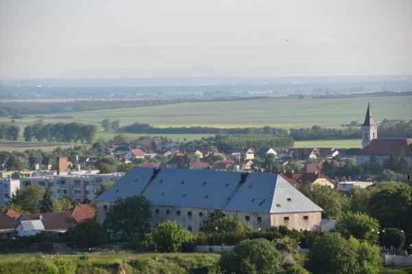 Z Ostrého vrchu je dobré vidieť ináč široko ďaleko dookola aj bez rozhľadni. Toto je pohľad na časť obci Gbely.