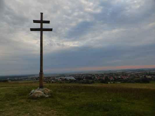 Drevený dvojkríž s pohľadom na Gbely.