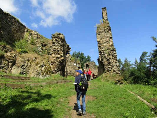 Zříceninu hradu z první poloviny 14. století naleznete na ostrohu nad řekou Mží. První písemná zmínka se datuje k roku 1349. Střídal majitele, opuštěn byl v první polovině 16. století. Dnes se na místě zachovaly poměrně rozsáhlé zbytky hradeb, zbytek brány a věžovité budovy.