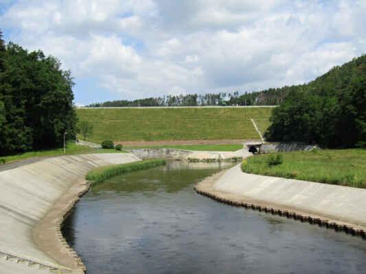 pod hrází Hracholuské přehrady - Zemní sypaná hráz byla vybudovaná v letech 1959-1964 je využívána pro rekreaci a také jako věžová vodní elektrárna. Její výška činí 29 m a dlouhá je v koruně 270 m.