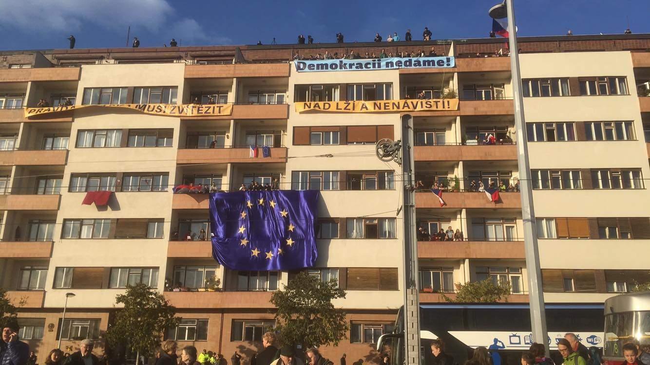 Vyvěšené transparenty. Foto: Ondřej Fajstavr