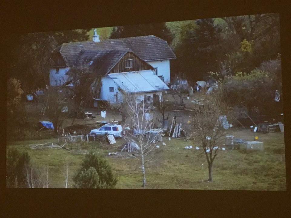 Video Bendovo Jana Ambrůzka na výstave Stará bydliště zachytáva usadlosť jeho suseda. Foto: Alžbeta Kyselicová