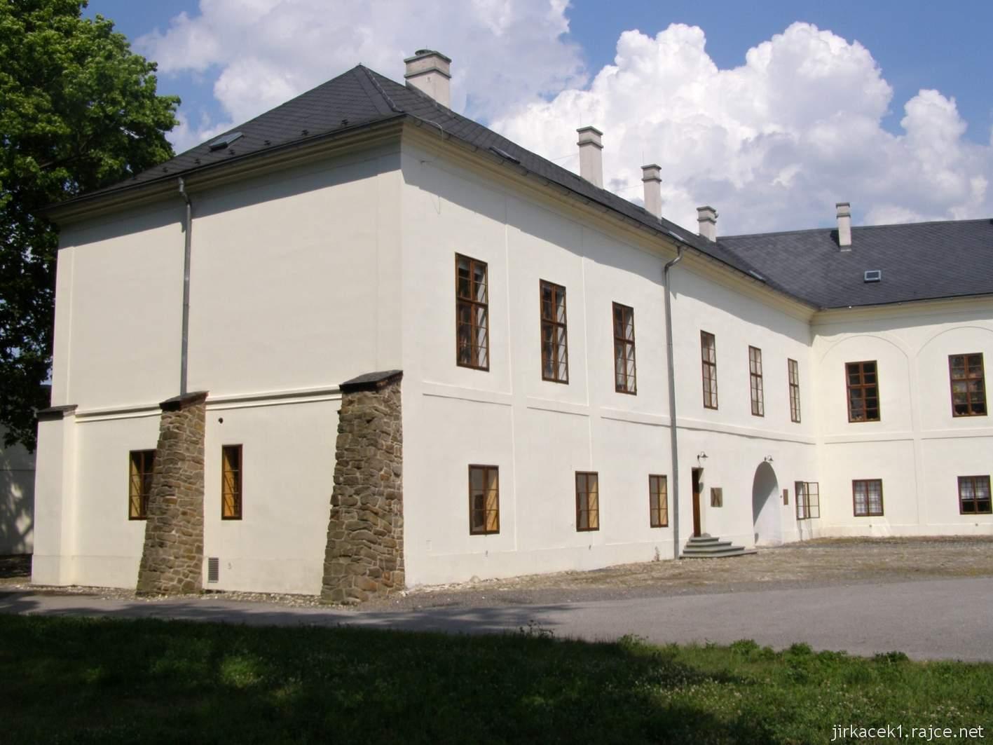 Hlučín - zámek a muzeum - delší křídlo zámku s opěráky