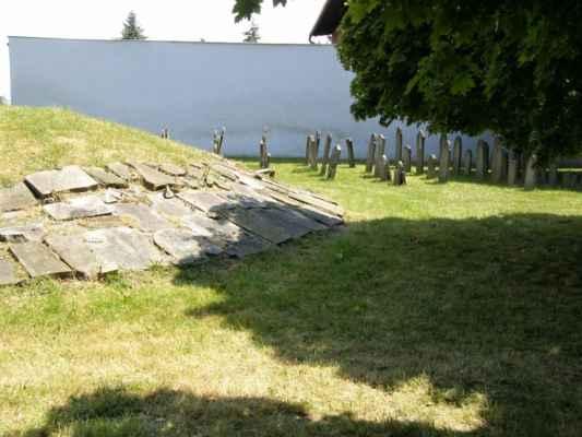 08 - Hlučín - bývalý židovský hřbitov 03 - mohyla s položenými náhrobky a vzadu postavené náhrobky