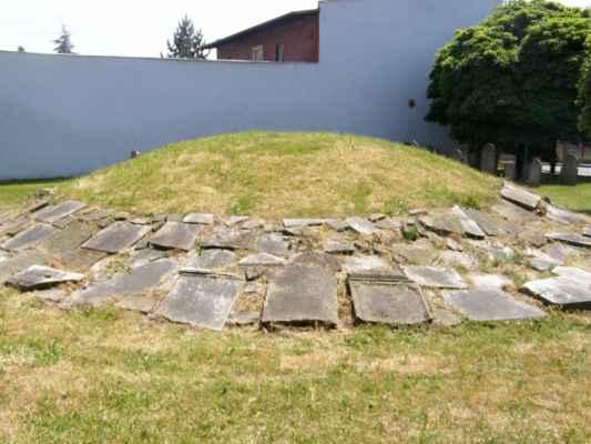 08 - Hlučín - bývalý židovský hřbitov 04 - mohyla s položenými náhrobky