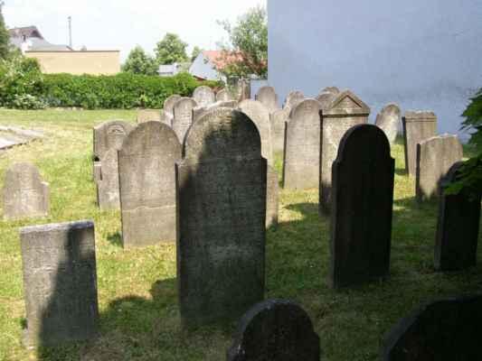 08 - Hlučín - bývalý židovský hřbitov 05 - obnovené náhrobky