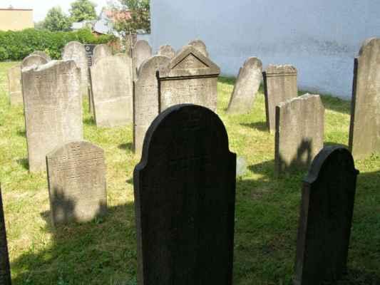 08 - Hlučín - bývalý židovský hřbitov 06 - obnovené náhrobky