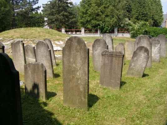 08 - Hlučín - bývalý židovský hřbitov 07 - obnovené náhrobky