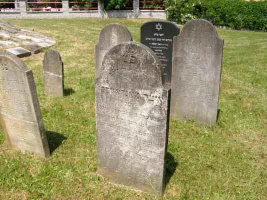 08 - Hlučín - bývalý židovský hřbitov 08 - obnovené náhrobky
