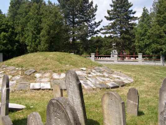 08 - Hlučín - bývalý židovský hřbitov 09 - obnovené náhrobky, mohyla a vzadu hřbitov sovětských vojáků