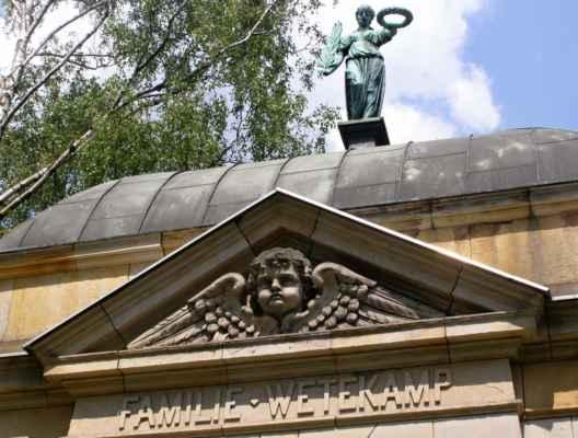 09 - Hlučín - Evangelický kostel 10 - hrobka rodiny Wetekampovy u kostela