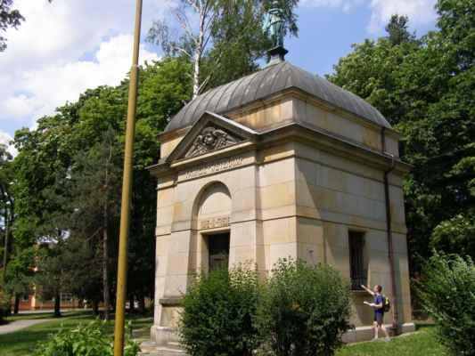 09 - Hlučín - Evangelický kostel 12 - hrobka rodiny Wetekampovy u kostela