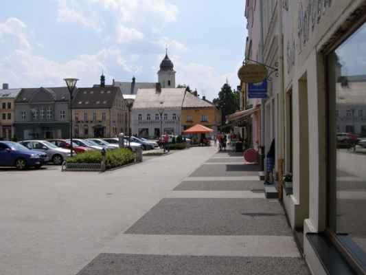10 - Hlučín - Mírové náměstí 01 - roh náměstí s kostelem sv. Jana Křtitele