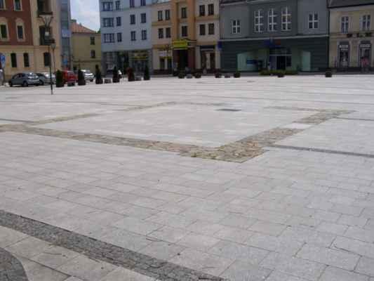 10 - Hlučín - Mírové náměstí 09 - obrysy bývalé kaple sv. Jana Nepomuckého a vzadu studny ve středu náměstí