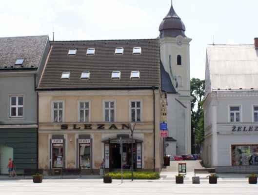 10 - Hlučín - Mírové náměstí 10 - dům Slezan a vzadu kostel sv. Jana Křtitele