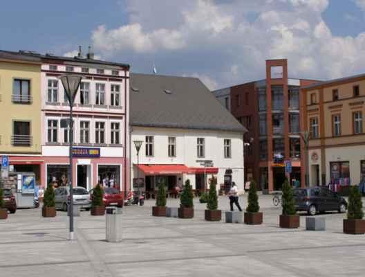 10 - Hlučín - Mírové náměstí 14 - roh náměstí a naše auto