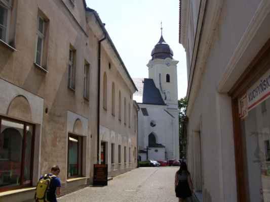 11 - Hlučín - kostel sv. Jana Křtitele 05 - ulička ke kostelu z Mírového náměstí