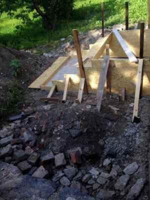 Tady budou schody z kostelní zahrady na zahradu farskou.
