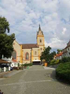 kostel sv.Jana Nepomuckého - Dominantou hlubockého náměstí je pseudogotický kostel zasvěcený sv. Janu Nepomuckému. Jeho výstavba souvisí s přestavbou celé obce v letech 1844–1847. Autorem návrhu je architekt Franz Beer.
