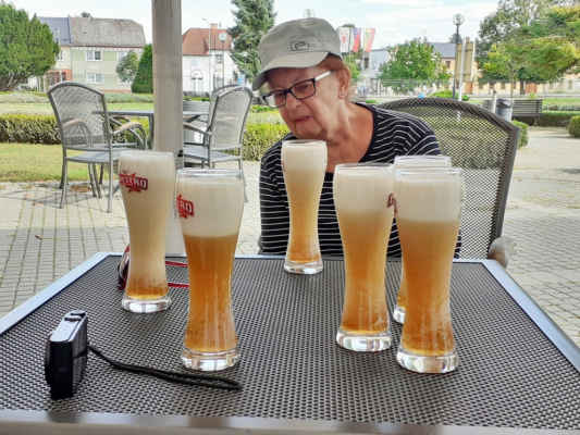 """Jana pozoruje, jak pivo """"rotuje"""""""