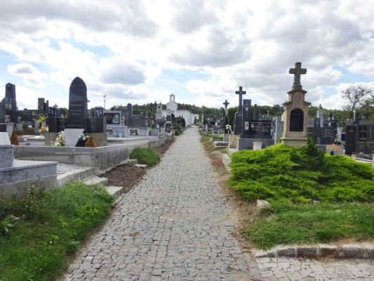 jdeme opět přes hřbitov, vzadu je vidět kaple