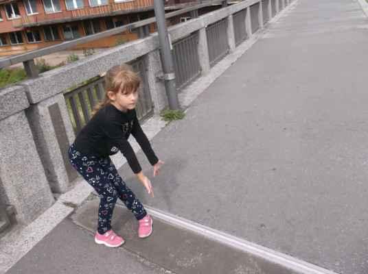 Ta čára na mostě přes Olzu (Olši) je česko-polská hranice...