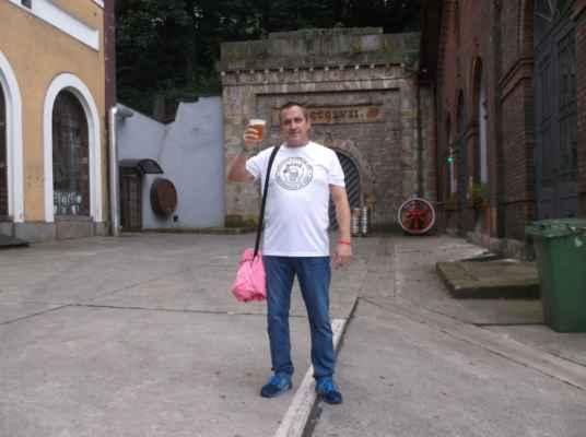 V podzemí Zámeckého vrchu (Góra Zamkowa) se nachází nejdelší ledový tunel v Evropě (65 metrů), který sloužil k uchování piva. Byl vyhlouben ve skále a vchod do tunelu je v Zámeckém pivovaru Těšín (dříve Bratrský zámecký pivovar - Bracki Browar Zamkowy). Logo tohoto pivovaru zdobí silueta nedaleko stojící Piastovské věže.