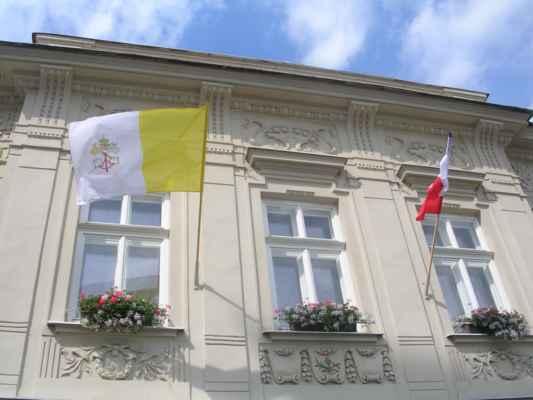 Budova fary v Karviné 1 - Fryštátu, ul. Pivovarská 2/1 (Římskokatolická farnost). Na faře vlaje bílo-žlutá vlajka Vatikánu s vyobrazením klíčů svatého Petra.