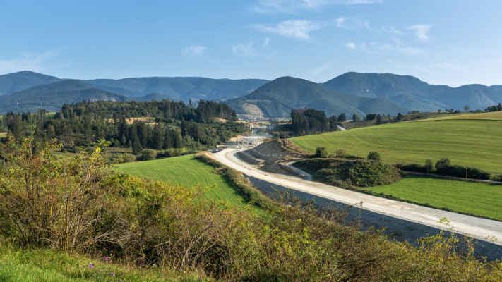 Rozostavaná diaľnica k tunelu Višňové (dokončenie v nedohľadne)