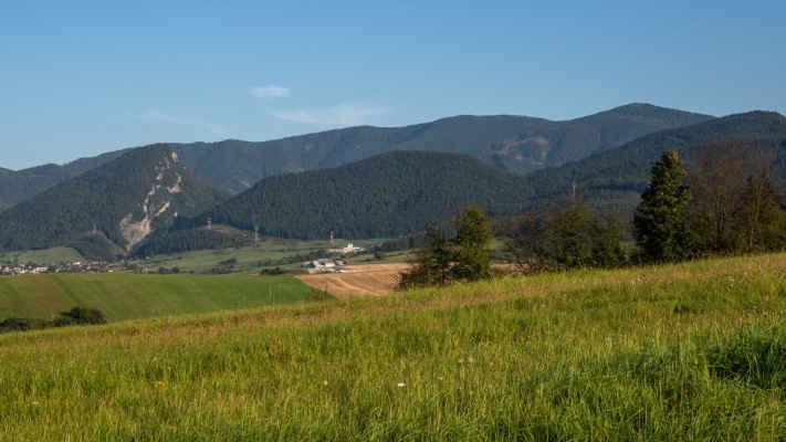 Lúčanská Malá Fatra, vľavo Hoblík (934 m n. m.)