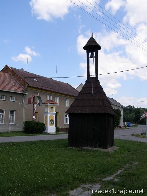 Lhota nad Moravou - zvonička, Boží muka a kříž