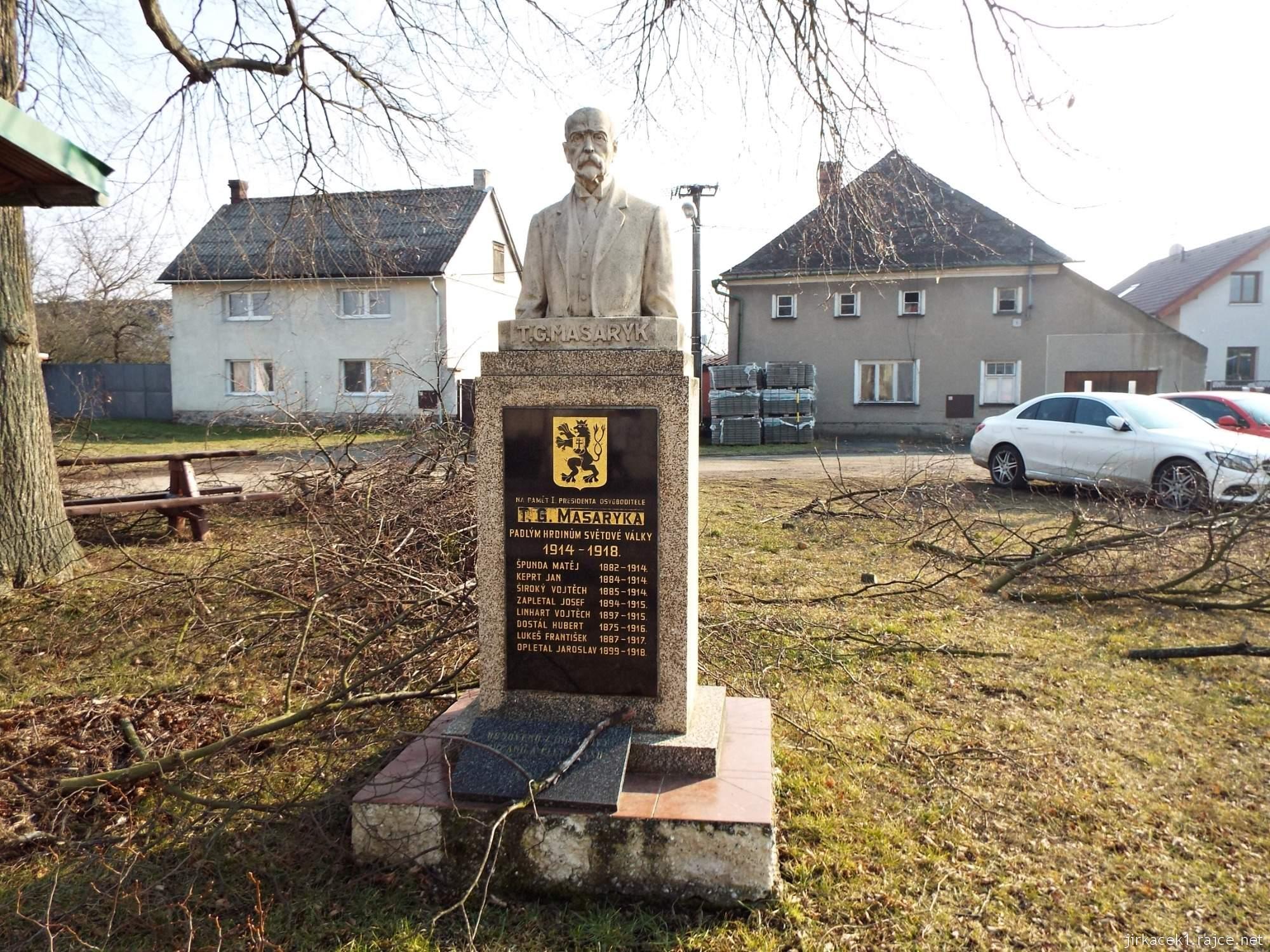 Lhota nad Moravou - náves - pomník T.G. Masaryka a padlým v 1.světové válce